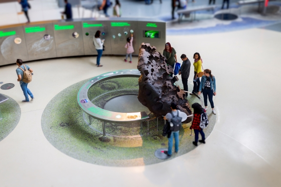 Museum visitors and Willamette Meteorite, American Museum of Natural History, New York, August 2017